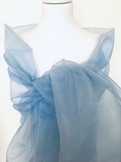Longue étole en organza de soie bleu clair