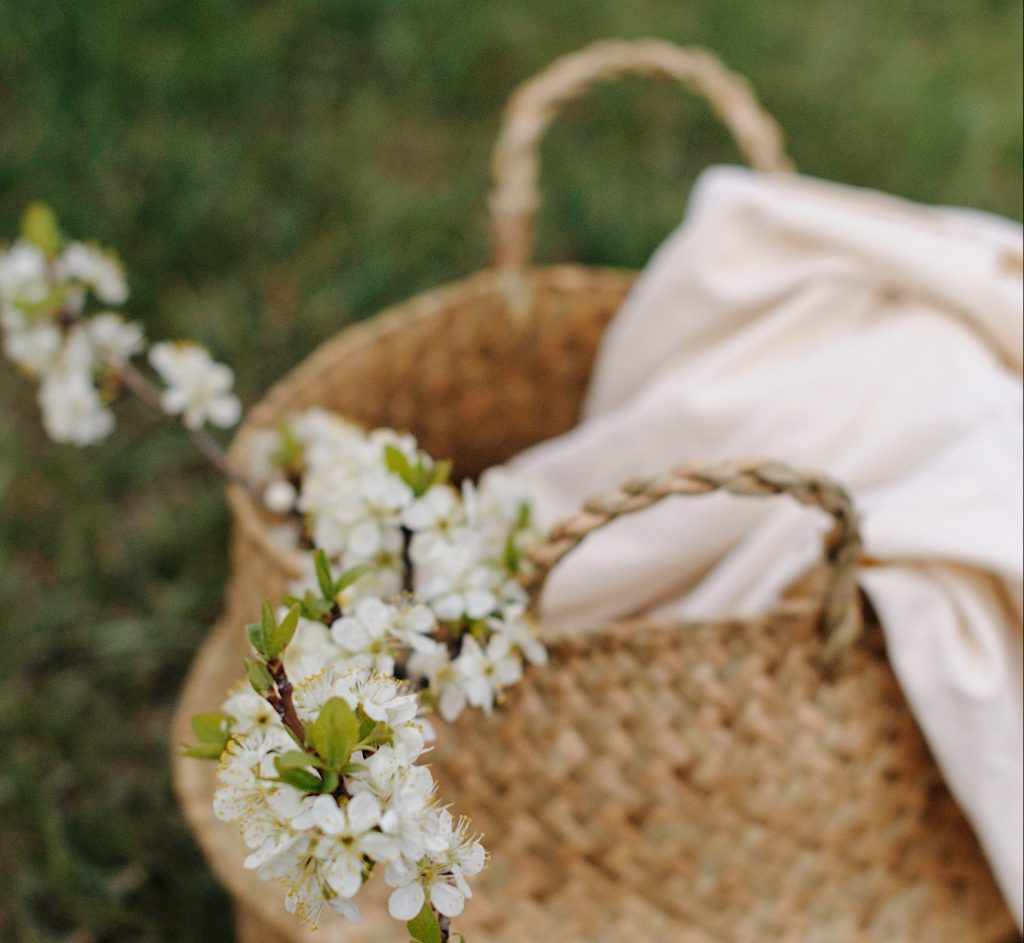 Panier white flowers in brown woven basket
