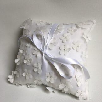 Coussin alliances petites fleurs blanches